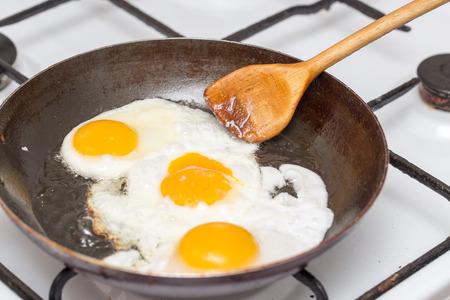 Gebakken ei in een koekenpan