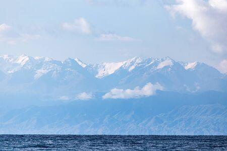 kyrgyzstan: El lago Issyk-Kul en Kirguistán