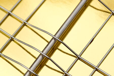 malla metalica: metal mesh on a gold background