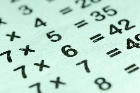 multiplicacion: tabla de multiplicar como fondo. macro Foto de archivo