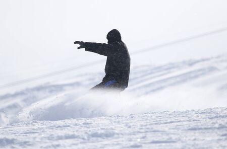 alpen: Snowboarding man at flattened piste - slope