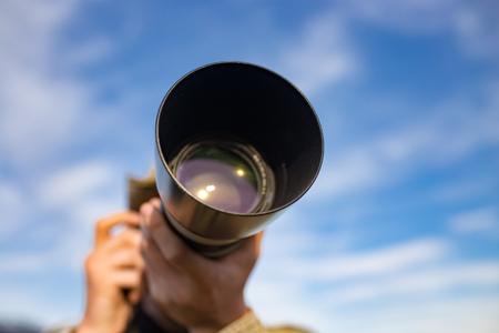 Fotograaf neemt een foto met een grote lens.