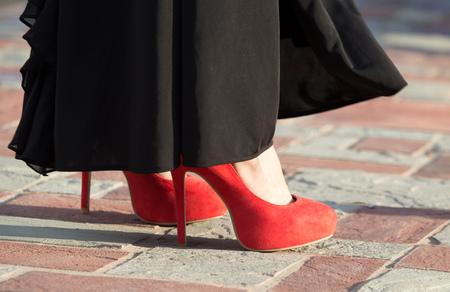 Benen van een meisje in rode haarspelden