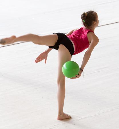 Mädchen mit einem Ball auf einem professionellen Turner. Standard-Bild - 89792162
