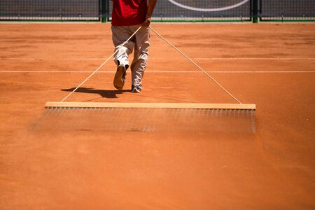 Preparation of a tennis court for competitions .