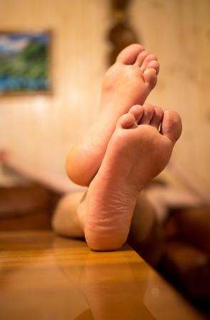 The bare feet of a man's feet .