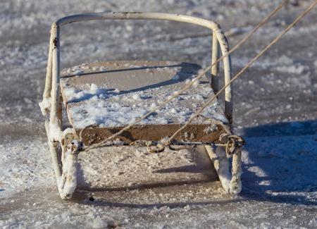 Vieux traîneau dans la neige en hiver.