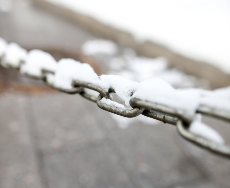 Snow on a metal chain as a background. Standard-Bild - 118214271