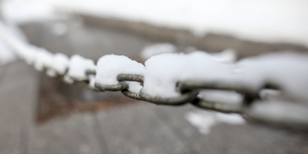 Snow on a metal chain as a background. Standard-Bild - 117214293