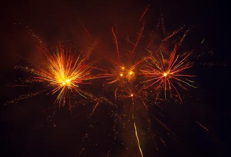 Fuegos artificiales en el cielo por la noche como fondo.
