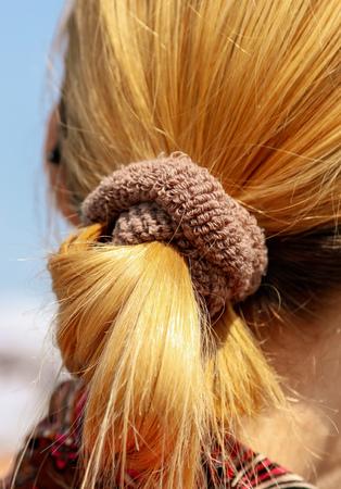 Der Schwanz des Haares auf dem Kopf des Mädchens. Standard-Bild