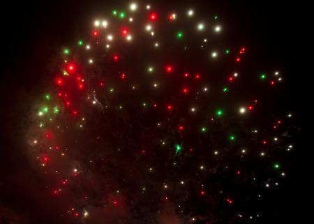 Schöne Funken von Feuerwerkskörpern am Himmel in der Nacht. Standard-Bild