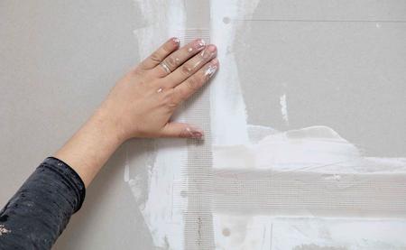 Klebeband für Putz an der Wand. Reparatur im Haus. Standard-Bild
