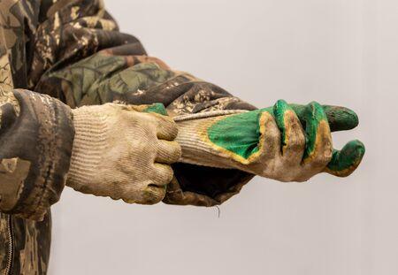 Hands of a worker at a construction site. Foto de archivo - 124686205