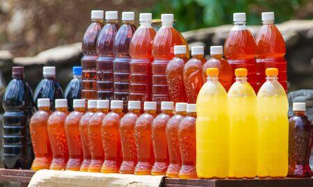 Miel en botella de plástico para la venta.