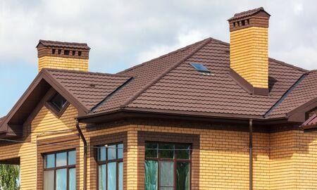 Toit dans un nouveau cottage en brique.