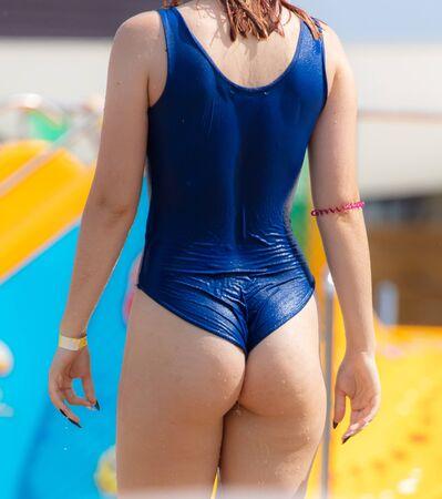 Bella ragazza in costume da bagno vicino alla piscina. Vacanza al resort Archivio Fotografico