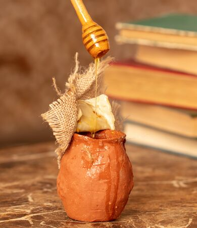 Honey in clay pots on a wooden spoon . Foto de archivo - 128307439