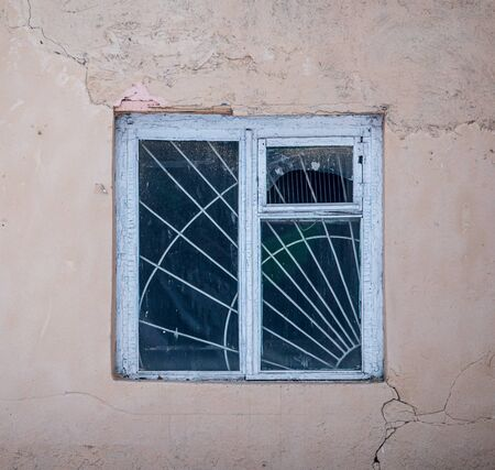 Window in an old house with a cracked wall. Standard-Bild - 129448799