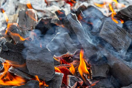 Des étincelles et du feu dans un coin noir brûlant. Banque d'images