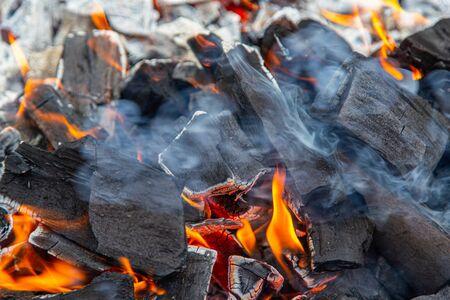 Funken und Feuer in einer brennenden schwarzen Ecke. Standard-Bild