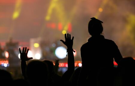 Silhouettes of people at a rock concert as background. 版權商用圖片 - 129756170