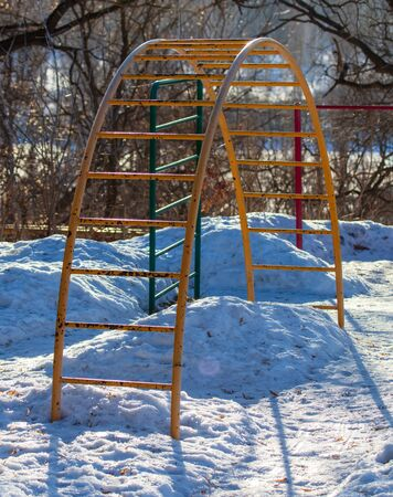 Children's sports ladder in the snow in the winter. Standard-Bild - 129861659