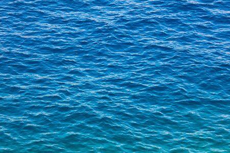 Blaue Wasserfläche auf See als abstrakter Hintergrund.