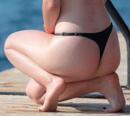 Beautiful booty girls on the beach in summer. Banque d'images - 131309501