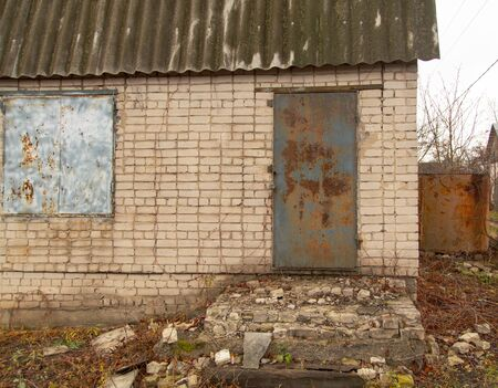 Old collapsing house in the country. 版權商用圖片 - 134525703