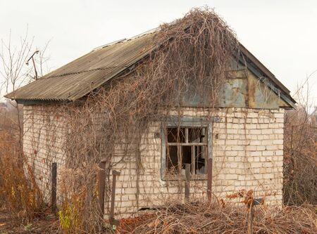 Vieille maison qui s'effondre à la campagne.