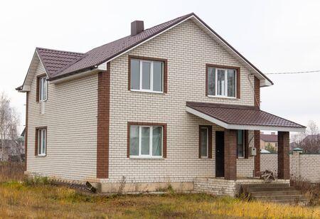 Murowany domek we wsi.