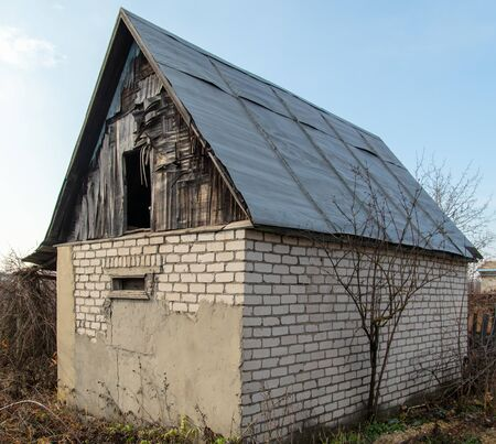 Old collapsing house in the country. 版權商用圖片 - 135643835