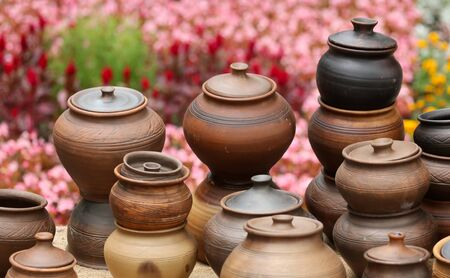 Pottery on the counter in the market. Banque d'images