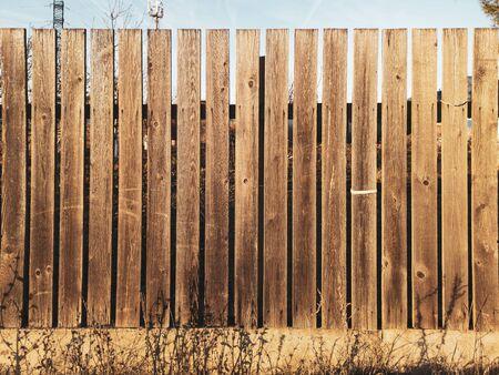 Holzbretter am Zaun als Hintergrund.
