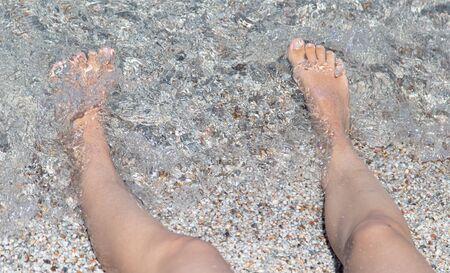 Feet of a girl sunbathing in the sun. Archivio Fotografico - 138015307
