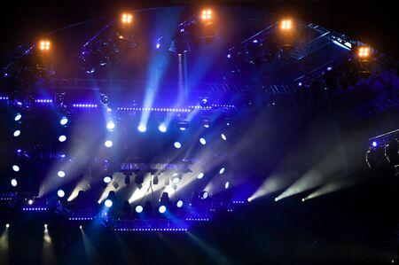 Luce blu su un palco di un concerto rock come sfondo.