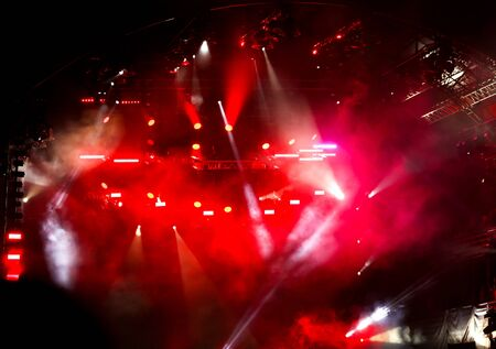 Czerwone światło na scenie koncertu rockowego jako tło.
