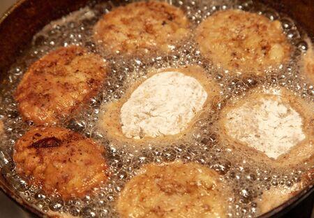 Meat patties fried in a pan in the kitchen. 免版税图像