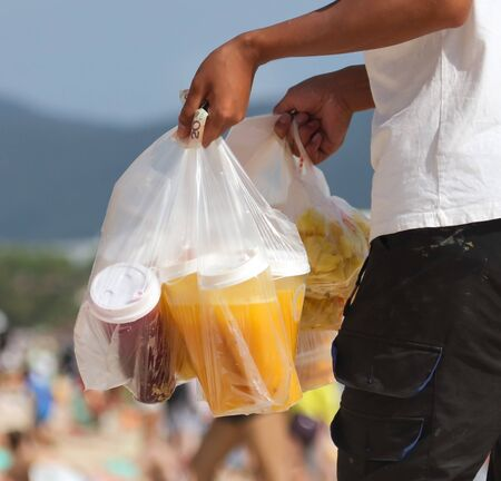 A man sells a pulp of fruit on a beach in the tropics. Archivio Fotografico
