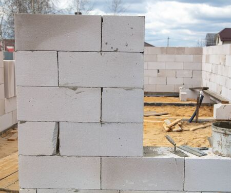 The process of building a house from foam concrete bricks. Technology Stockfoto