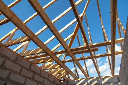 Wooden boards on the roof of the house against the sky. Home construction Stockfoto