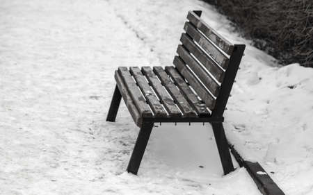 Wooden bench in the snow in the park. Banco de Imagens - 167321277