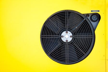 Un termostato de color amarillo