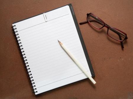 nuevo port�til negro con l�piz de color blanco, clip de papel y vasos