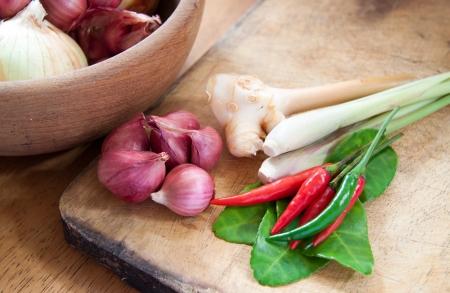 asi�tico alimento caliente y picante con cebolla ingredientes en un taz�n de madera