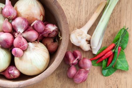 zwiebeln: Asiatische scharf und w�rzig Lebensmittelzutat mit Zwiebeln in Holzschale Lizenzfreie Bilder