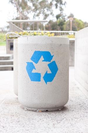 concreta papelera de reciclaje en el parque Editorial
