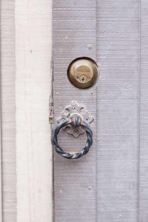 tocar la puerta: puerta de golpe y antigua puerta gris