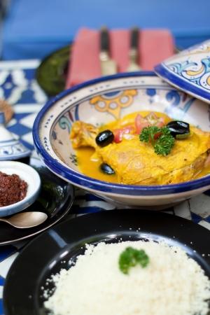 Los alimentos indios, pollo al curry amarillo con salsa y arroz Foto de archivo